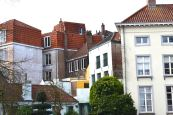 Some 20,000 people manage to live in the old center, although the rest of the city extends to the North Sea and houses the remaining 80,000 inhabitants.